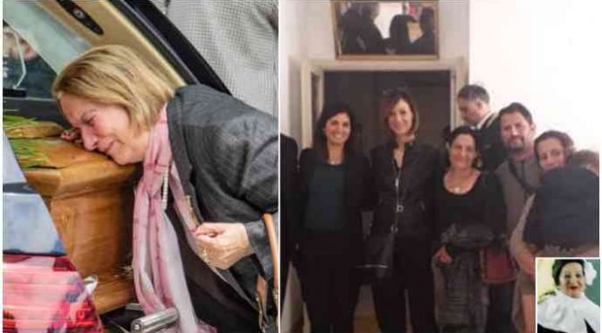Vecchina uccisa dai Rom, Raggi diserta funerale: va in visita alla famiglia Rom