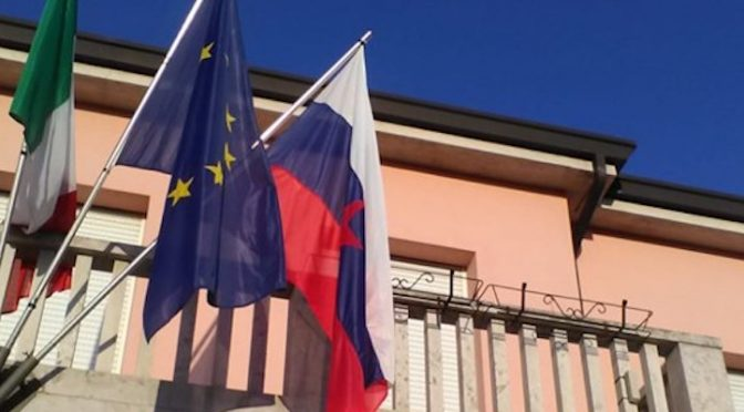 PD espone la bandiera degli infoibatori degli italiani – FOTO CHOC