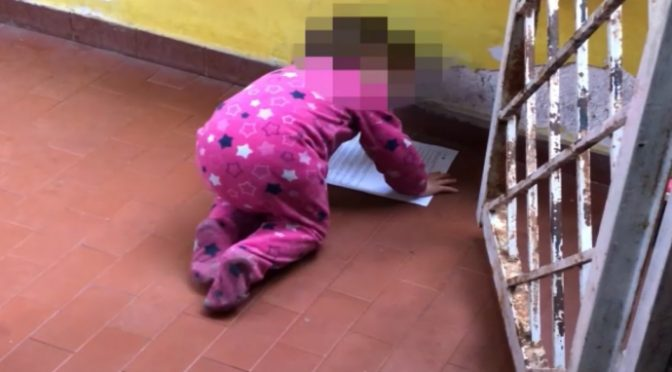 Casal Bruciato, Raggi sfratta coppia con 4 bimbi: dà casa ai Rom, loro per strada – VIDEO
