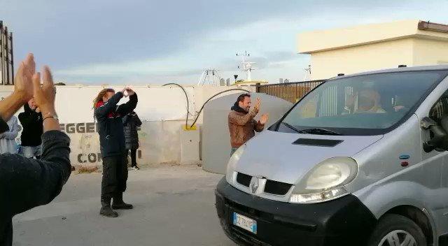 Sbarcano 18 clandestini a Lampedusa, Sea Watch organizza la claque – VIDEO