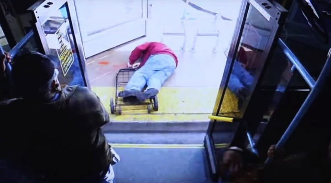 Africana scaraventa anziano giù dal bus – VIDEO CHOC