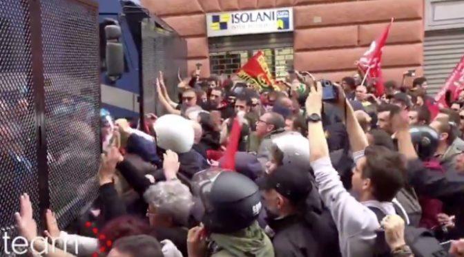 """Genova, la sinistra pesta i poliziotti: """"Facciamoli male"""" – VIDEO"""