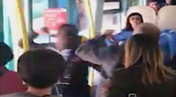 Africano senza biglietto prende a pugni poliziotto – VIDEO