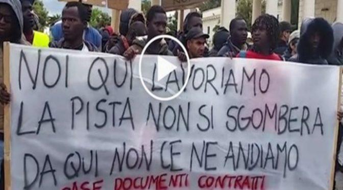 """Africani: """"Senza di noi l'Italia crolla, dateci case e lavoro"""" – VIDEO"""