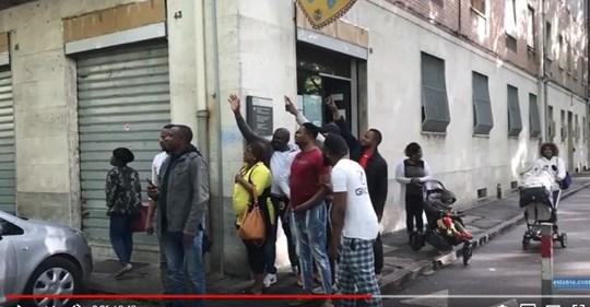 Ferrara: Salvini circondato da immigrati armati di telefonino – VIDEO