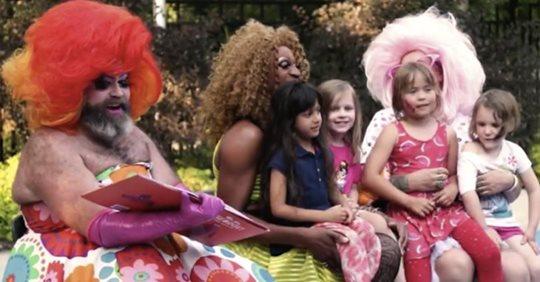 Bambini al Gay Pride di Alessandria: in mano ai travestiti