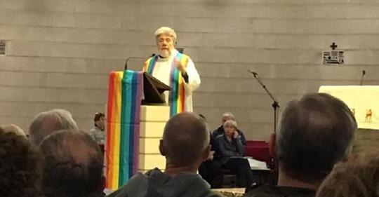 Messa gay a Vicenza: altare feticista con bandiere arcobaleno
