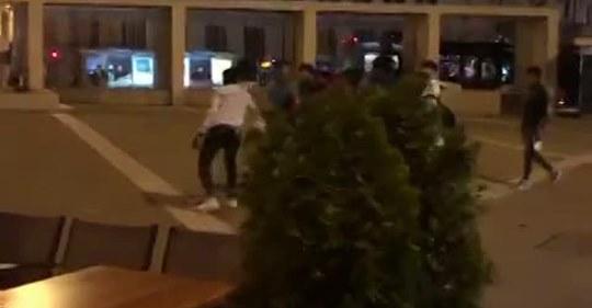 Trieste, scontri in piazza tra immigrati pakistani e kosovari – VIDEO