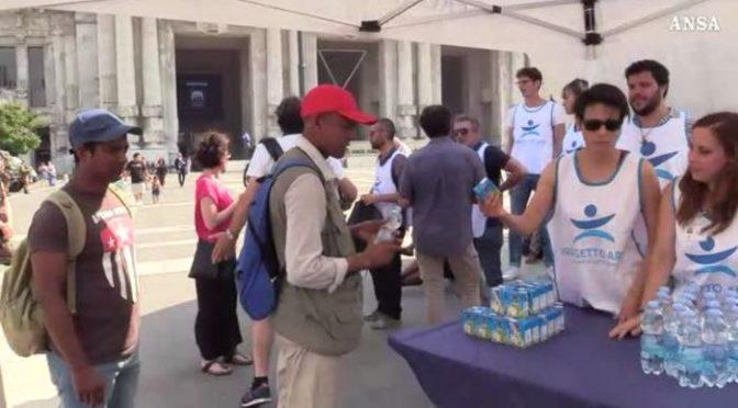 Fa caldo, Sala distribuisce acqua gratis agli immigrati – VIDEO