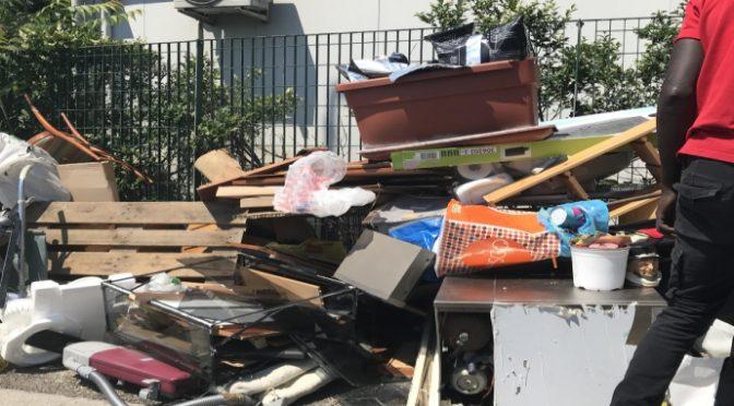 Immigrati pagati per raccogliere rifiuti li abbandonano in strada – FOTO