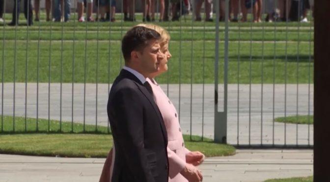 Merkel trema in modo inquietante durante gli inni – VIDEO