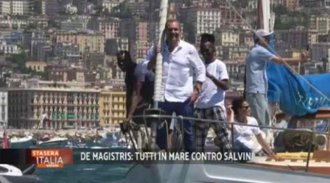 Napoli, cittadini fischiano il sindaco scafista – VIDEO