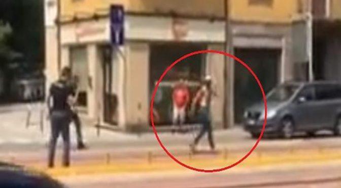 Immigrato picchia poliziotti, giudice lo scarcera: è rivolta degli agenti – VIDEO
