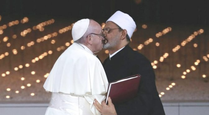 'Il Papa ci ha venduto all'Islam', 100 studiosi cattolici firmano documento anti-Bergoglio