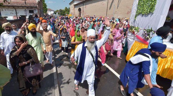 Centinaia di Sikh sfilano in città: non è più Italia – FOTO CHOC