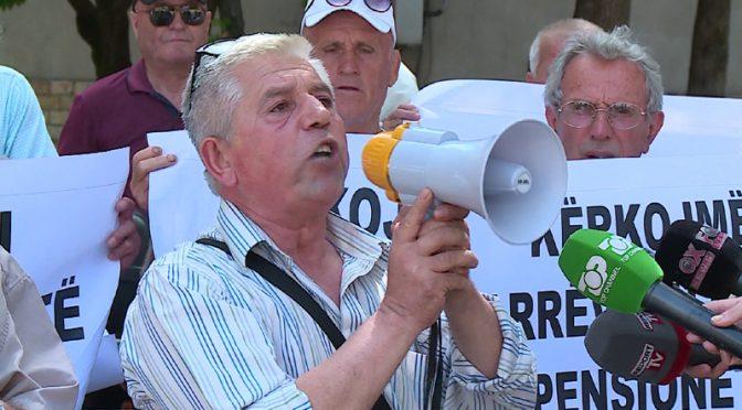 """Albanesi assediano ambasciata italiana: """"Dateci la pensione"""""""