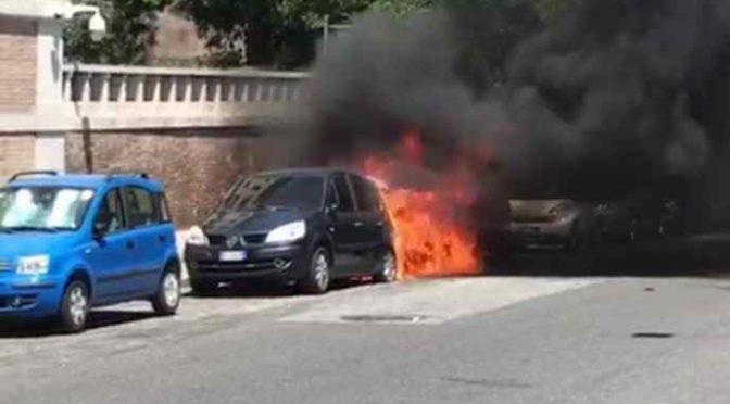 Profugo africano incendia auto a Roma: terrore – VIDEO CHOC