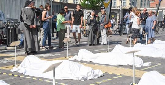 Cadaveri di clandestini stesi sul piazzale della stazione: ma sono finti!