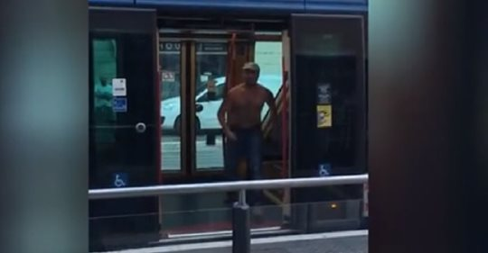 Tunisino recidivo terrorizza passeggeri tram – VIDEO