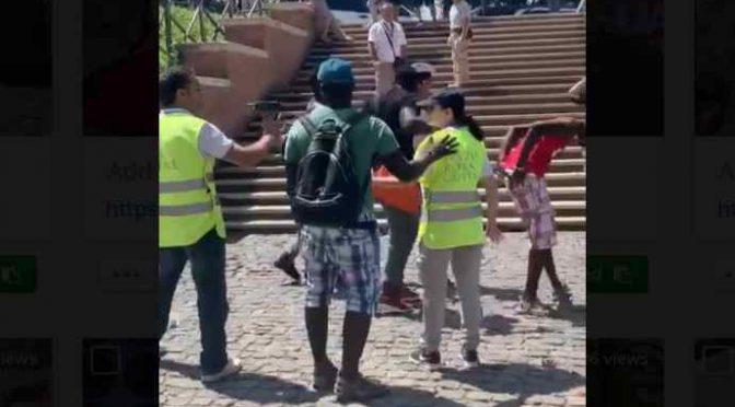 Senegalesi accerchiano vigile: aggredito e minacciato a Roma – VIDEO