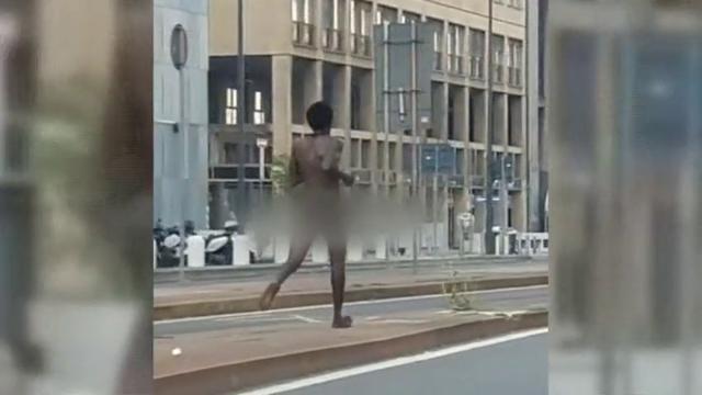 La violenta sulla metro e poi la rincorre nudo per strada