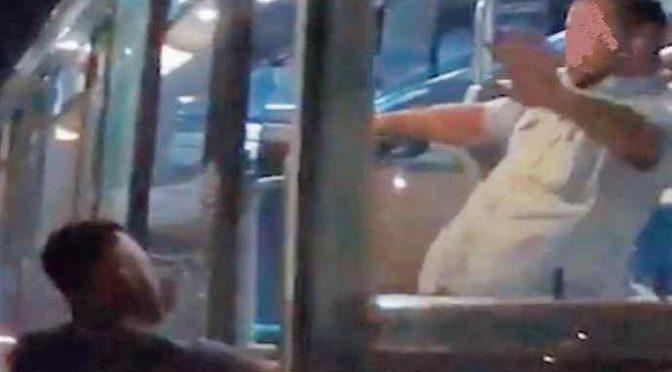 Autista caccia a calci immigrato molesto dal bus: lo indagano! – VIDEO