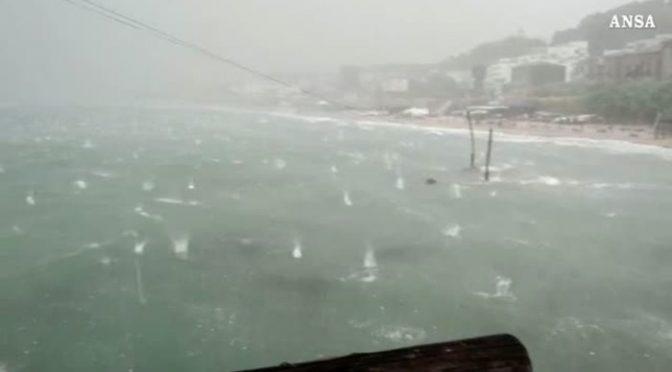 Adriatico: 200 pini sradicati e mare 'bombardato' dalla grandine, decine i feriti