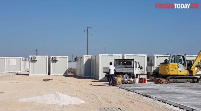 Puglia, Pd regala 100 casette con aria condizionata agli immigrati – VIDEO
