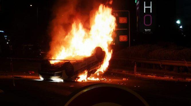 Africani in rivolta: auto incendiate e autisti assaliti – VIDEO