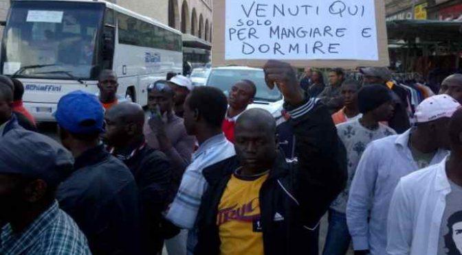 Sbarchi triplicati, è caos: a rischio riapertura i 2mila centri accoglienza chiusi da Salvini