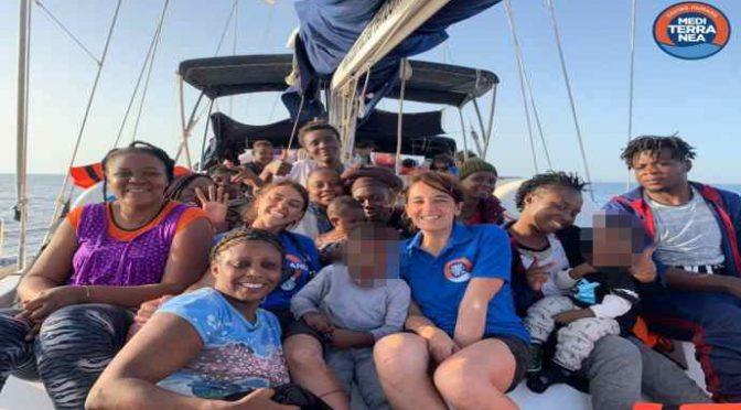 Lampedusa: motovedette scortano ong dei centri sociali in porto – VIDEO
