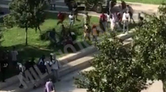 Milano, decine di africani assaltano taxi: uomo massacrato – VIDEO