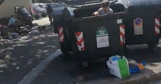 Torino, bambino raccoglie rifiuti nel cassonetto – VIDEO