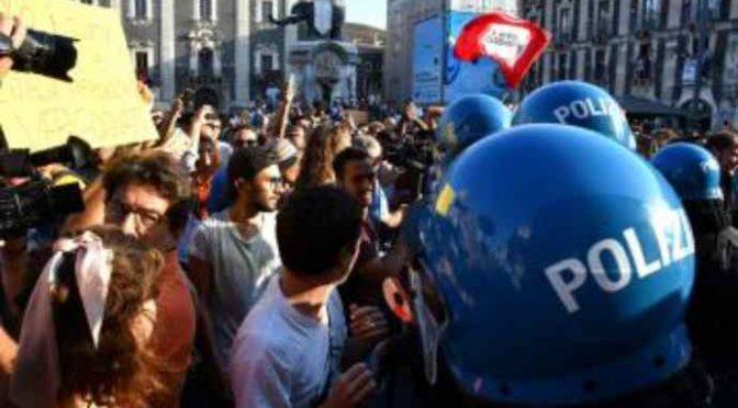 Catania, teppisti rossi assaltano auto Salvini –  VIDEO