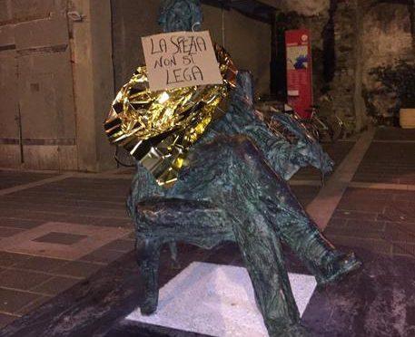 La Spezia, vandali umanitari sporcano statue per protestare contro Salvini