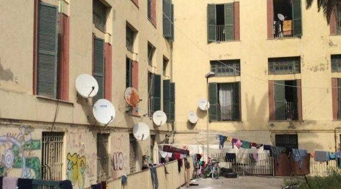 Raggi regala 300mila euro agli immigrati abusivi: loro hanno tutti la parabola