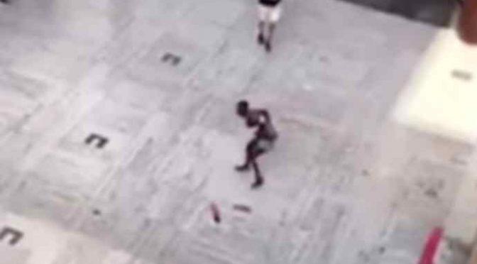 Nigeriana massacra donna delle pulizie, subito scarcerata pesta bimbo di 7 anni per strada – VIDEO