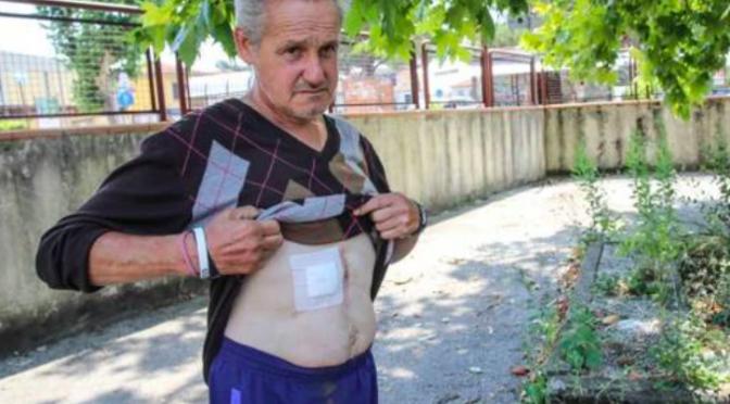 Aiuta 2 immigrati: loro gli aprono la pancia a coltellate