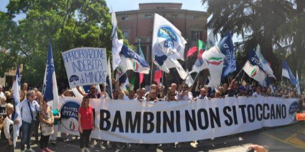 Le mamme di Bibbiano protestano a Palazzo Chigi: ma Conte non le riceve – VIDEO