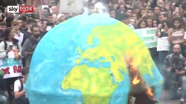 Gretini bruciano mappamondo di plastica per salvare l'ambiente – VIDEO