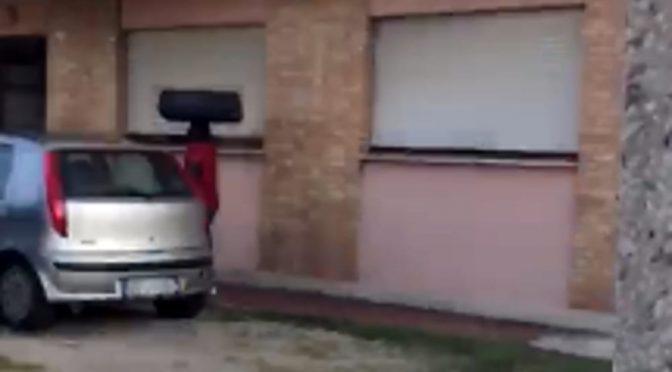 Profughi rifiutano di lasciare hotel e occupano palazzina – VIDEO