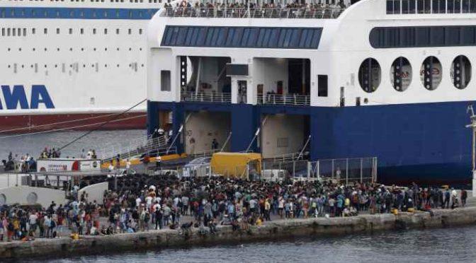 """Governo invia traghetto a prendere 200 clandestini, Salvini: """"E' emergenza nazionale"""""""