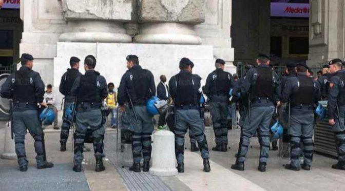 Immigrato si spoglia e prende a calci poliziotti