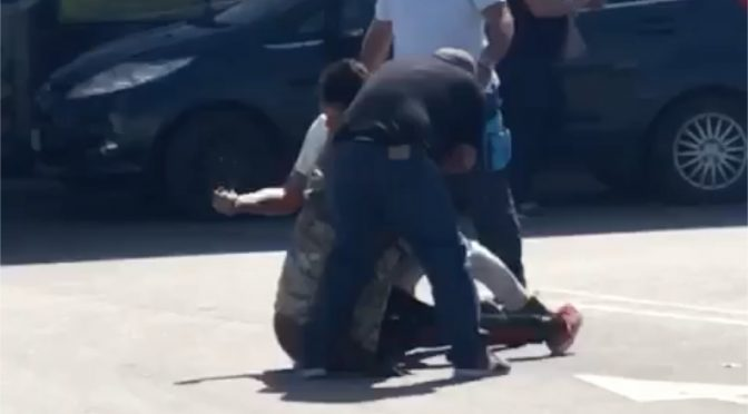 Immigrato pesta vigilessa e le sfila pistola: disarmato da cittadini – VIDEO