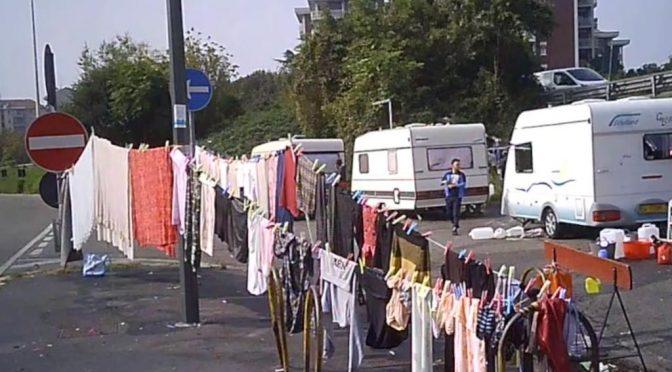 Roma in mano agli zingari: chiudono il marciapiede – VIDEO