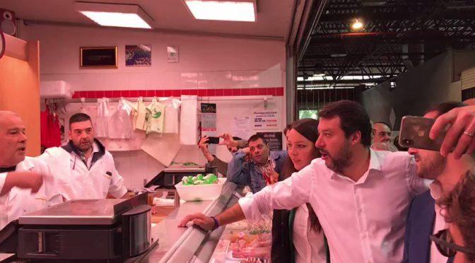 Roma, Salvini visita gli ultimi italiani nel mercato di Tor Pignattara – VIDEO