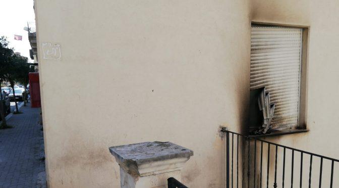 Cittadini appiccano incendio a centro immigrati, ma non prende fuoco