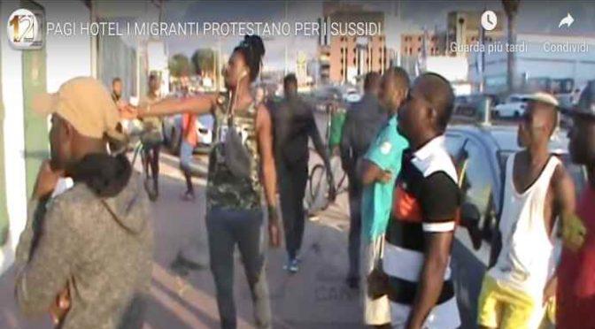 Profughi protestano: vogliono sussidio e menù islamico – VIDEO