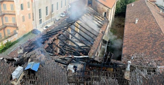 Brucia la Cavallerizza Reale di Torino, l'edificio occupato dai collettivi