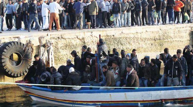 """I clandestini inquinano le acque di Lampedusa, GDF: """"sversano benzina in mare"""""""
